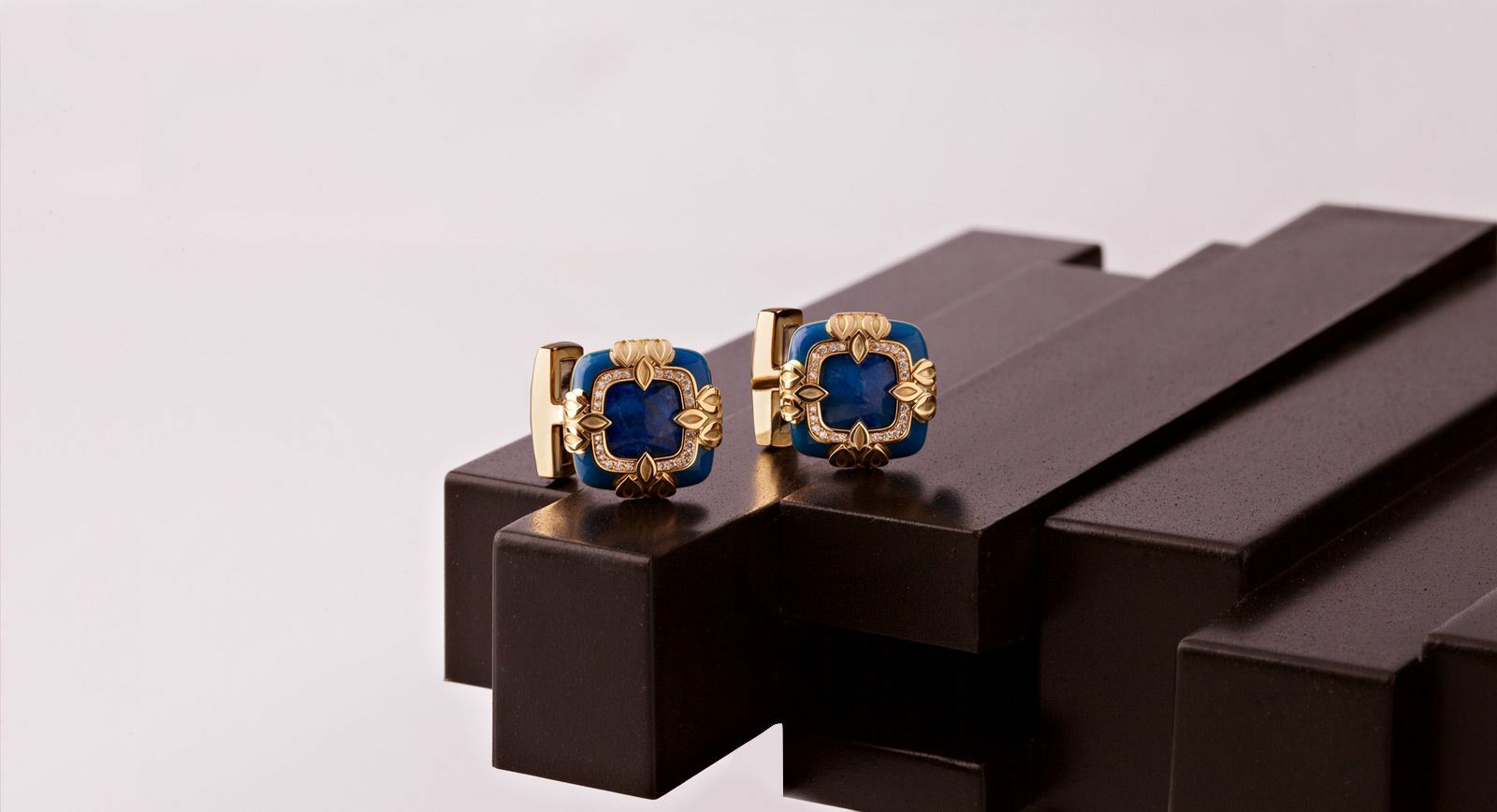Ichien cufflinks in lapis lazuli with yellow gold