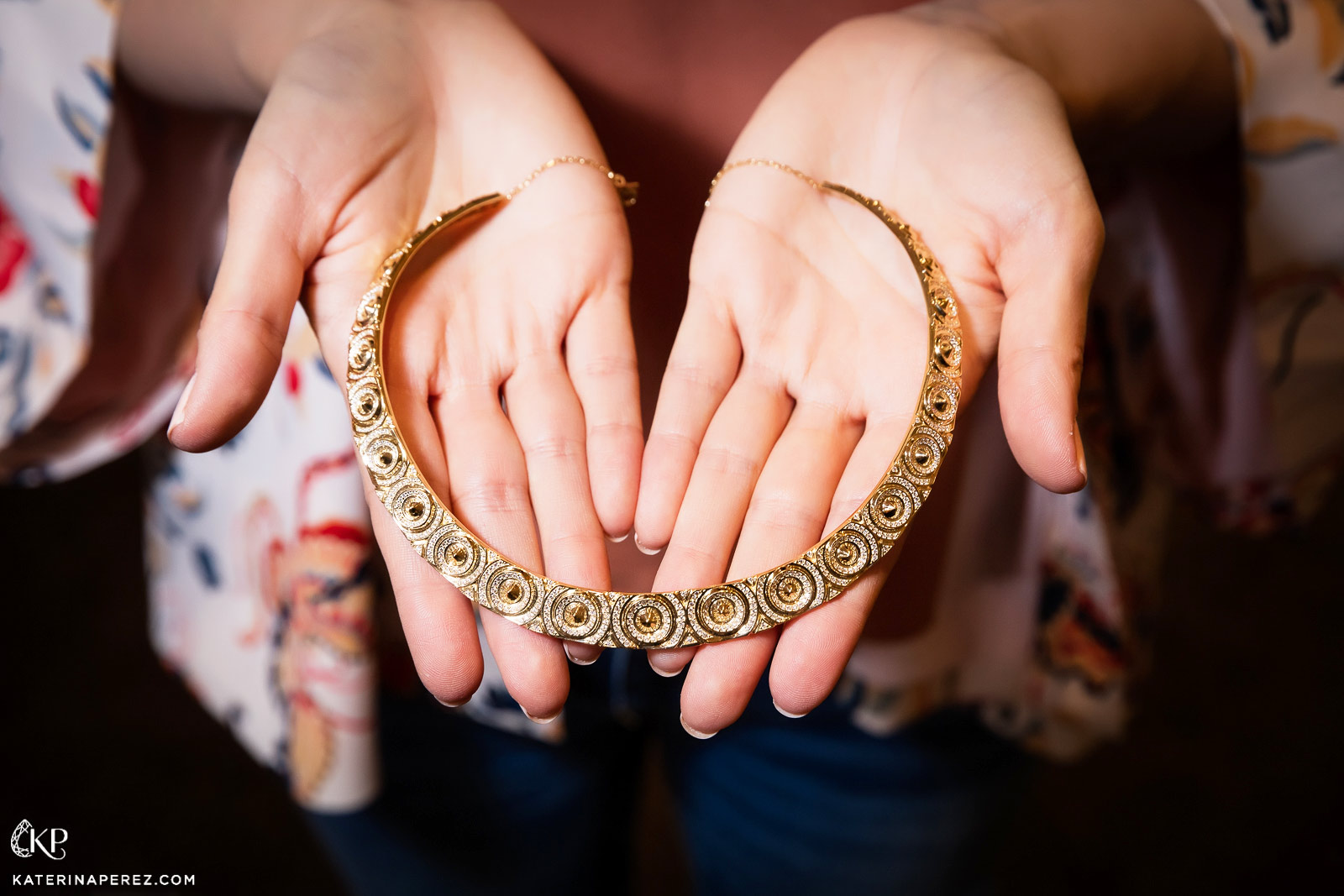 Vanleles Sahara chocker in yellow gold and diamonds. Photo by Simon Martner