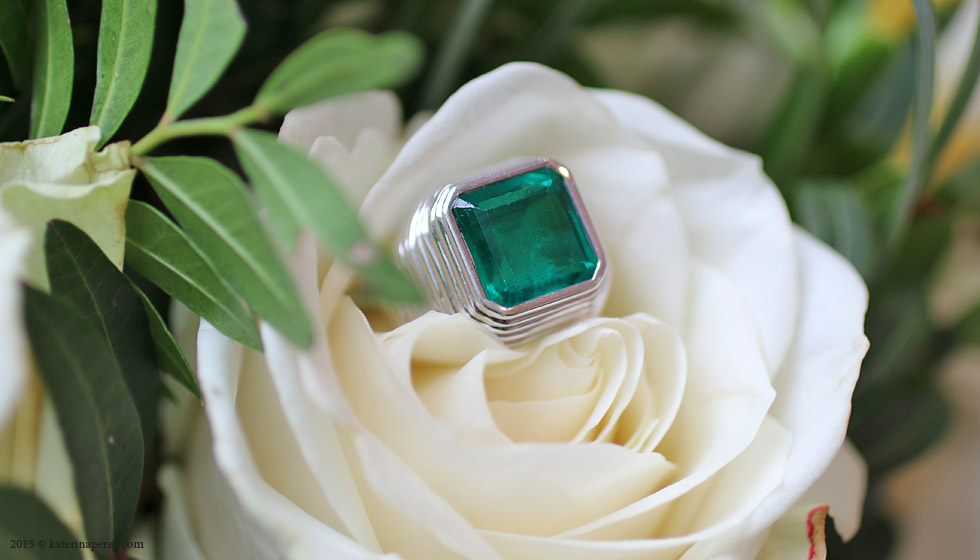 3.90 CTS COLOMBIAN EMERALD SINGLE-STONE RING