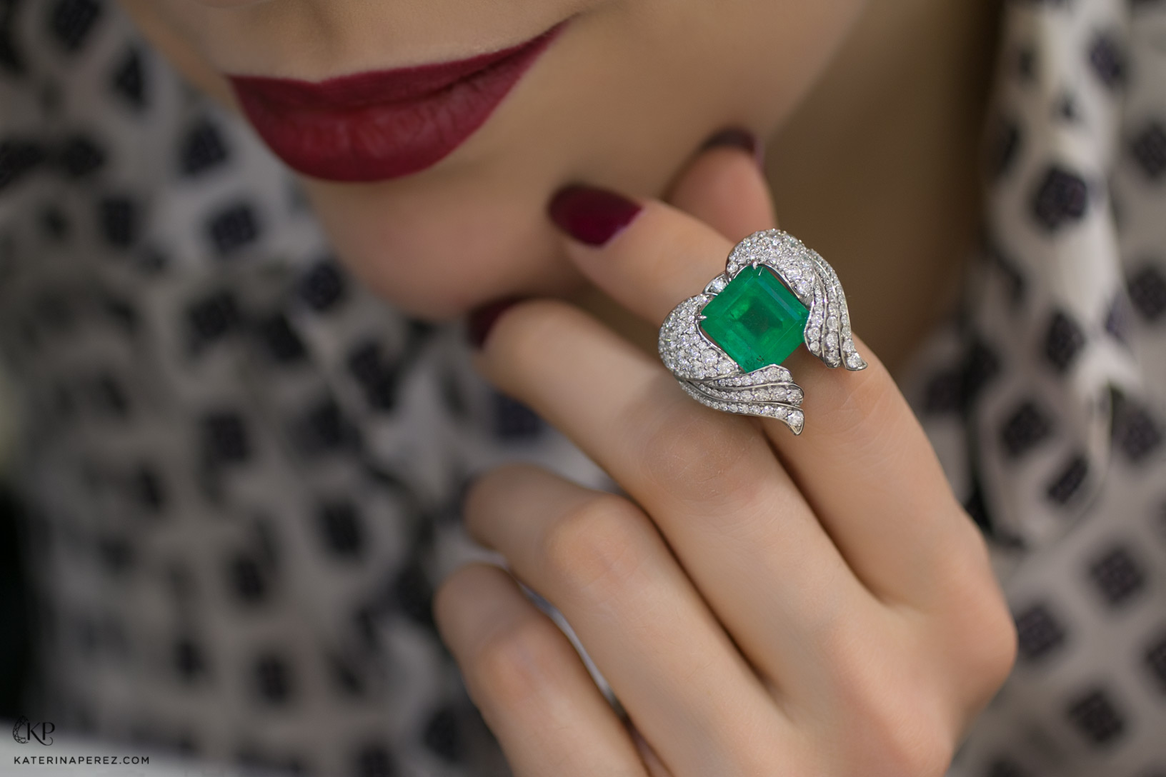 «Podnebesnaya and Podnebesny. Pearls and gems» ring with Colombian emerald and diamonds