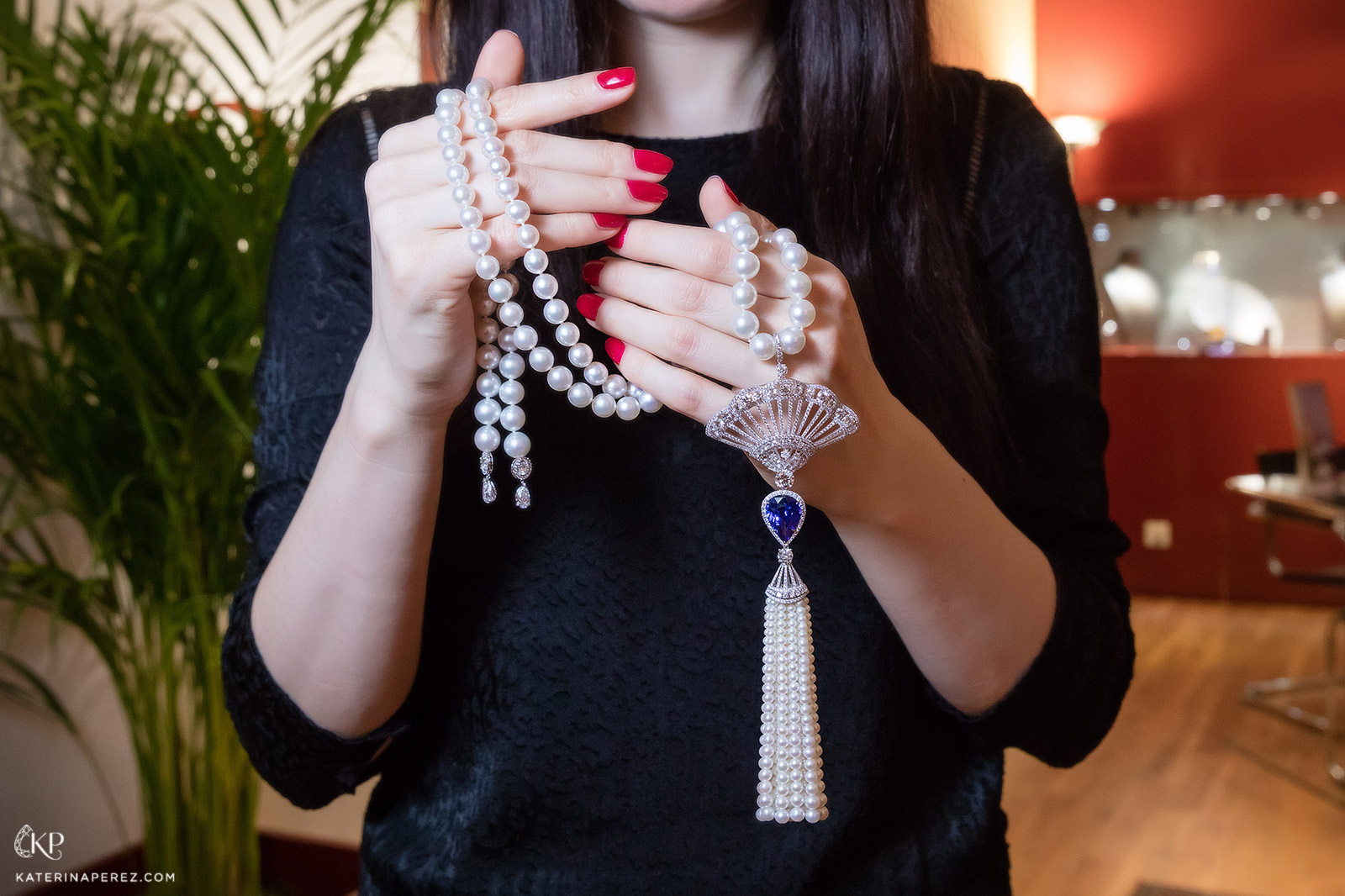 Adler necklace with a pear-shaped tanzanite, pearls and diamonds. Photo by Simon Martner
