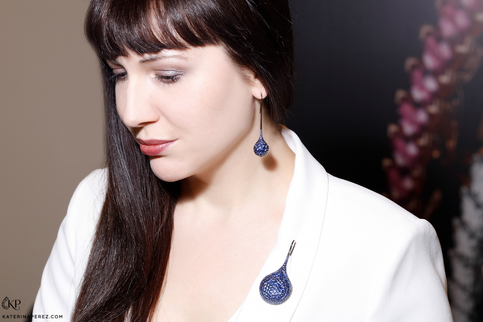 Baenteli earrings and a brooch paved with blue sapphires