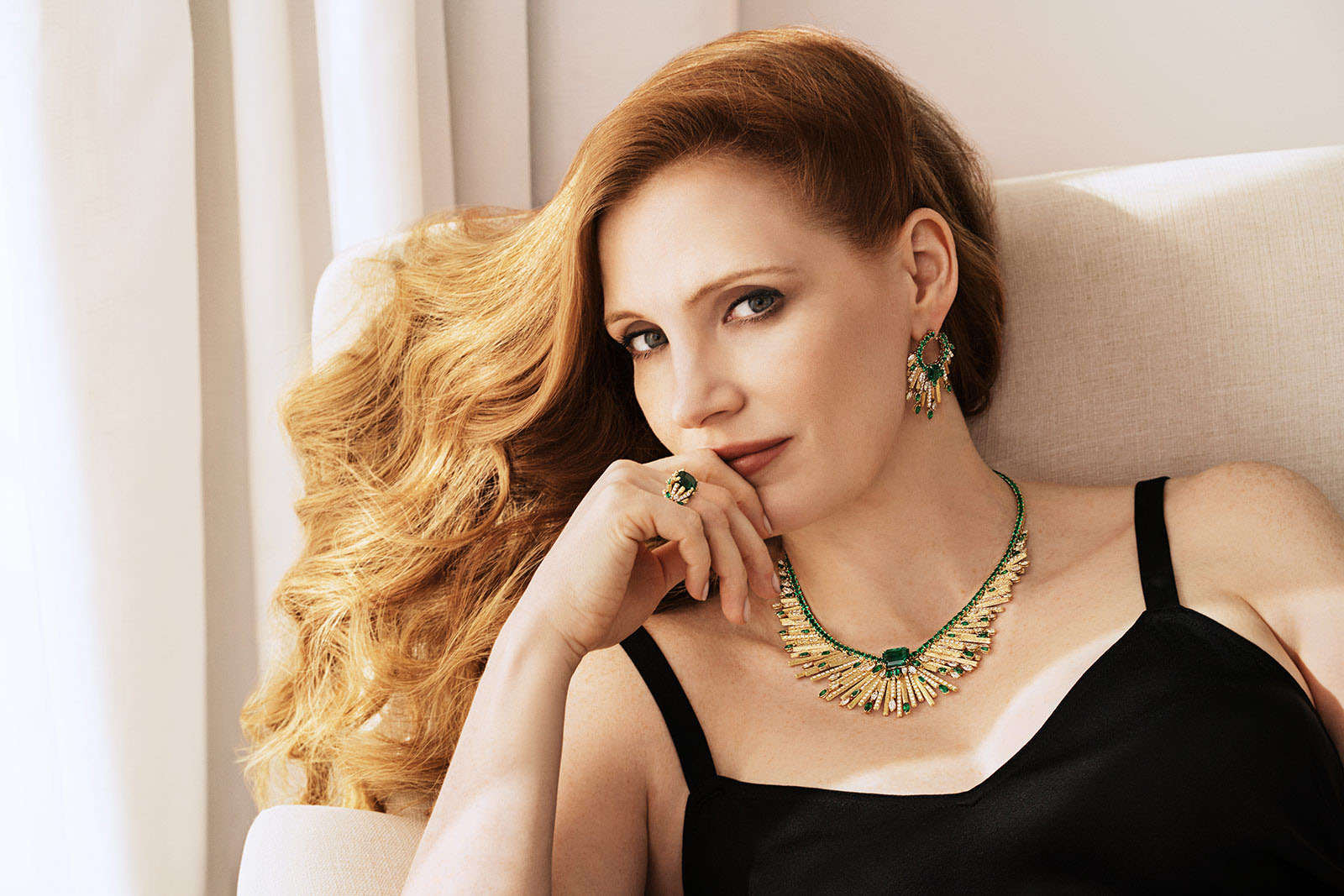 Piaget ambassador Jessica Chastain in the 'Midnight Sun' necklace, earrings and ring from the 'Sunlight Escape' collection in Colombian emeralds, diamonds and yellow gold