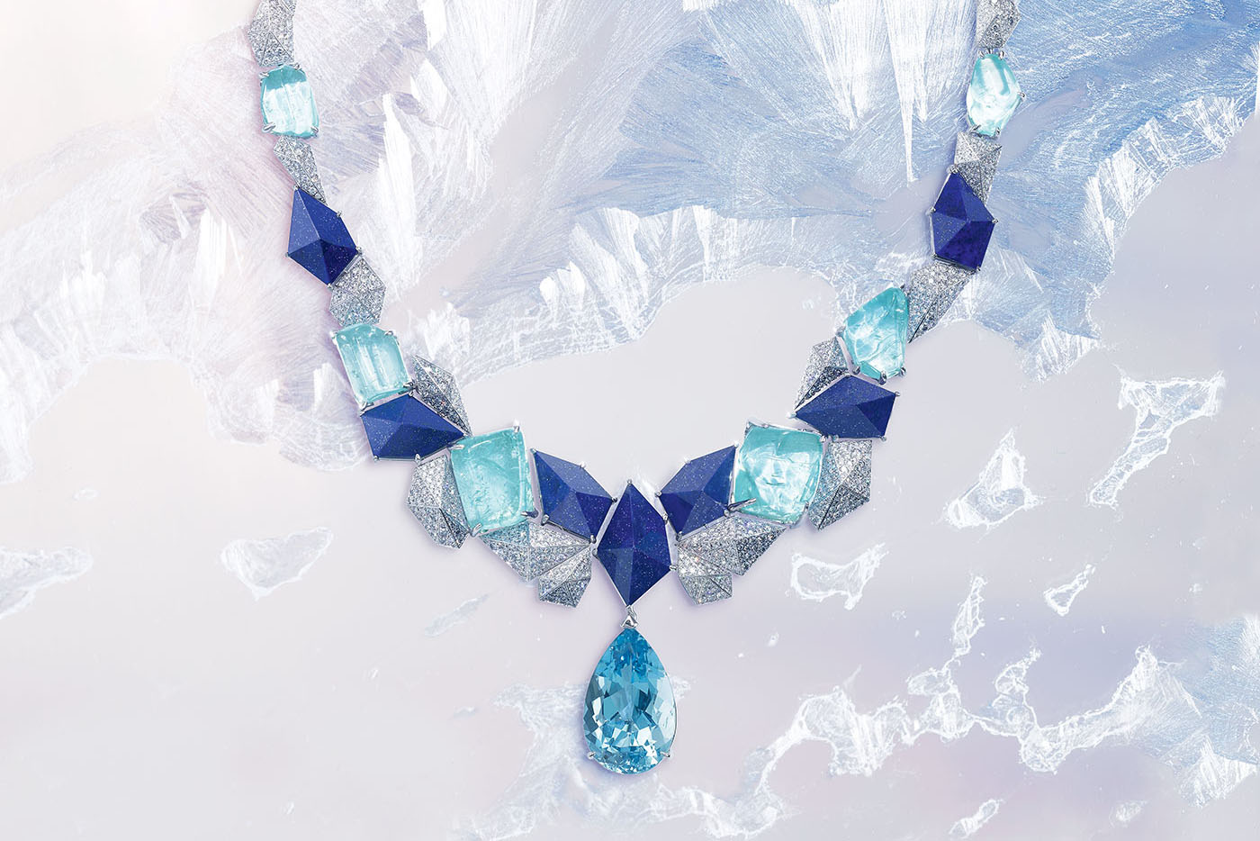 "Колье Infinite Blue из коллекции Piaget 'Sunlight Escape' с грушевидным аквамарином 14.52ct, турмалинами ""Параиба"" 67.34ct, лазуритом и бриллиантами"