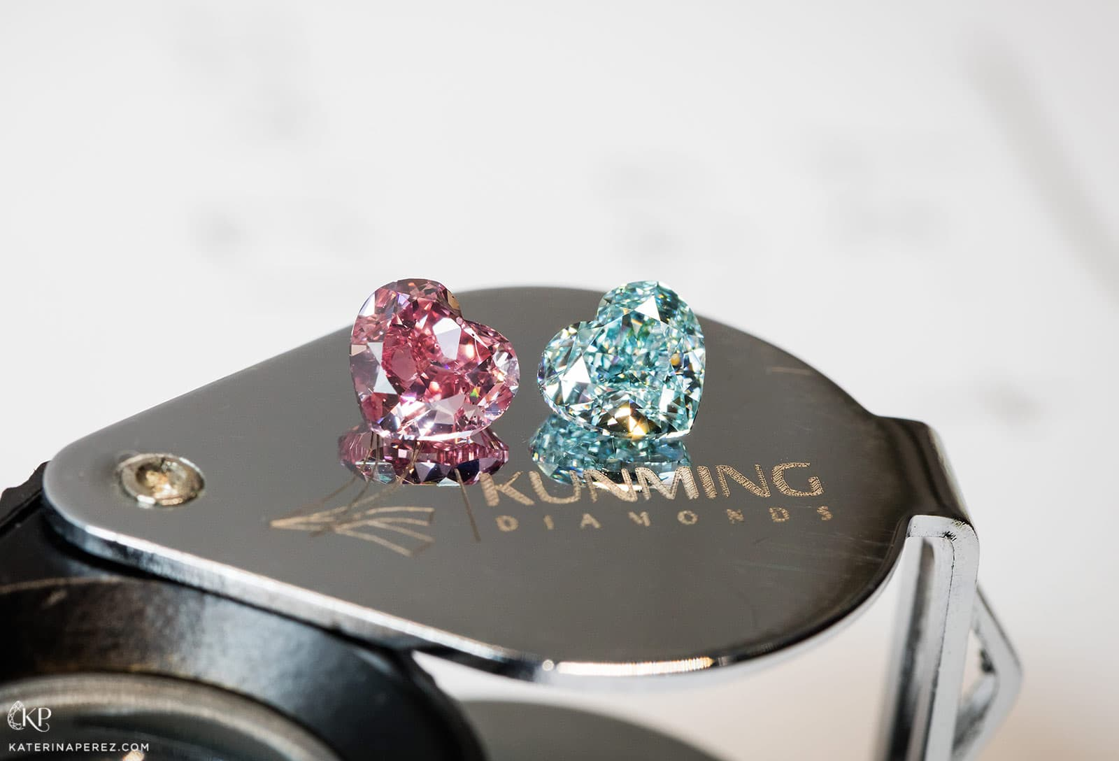 Kunming Diamonds 0,71 cts fancy intense pink and 0,72 cts fancy intense blue diamonds. Photo by Simon Martner