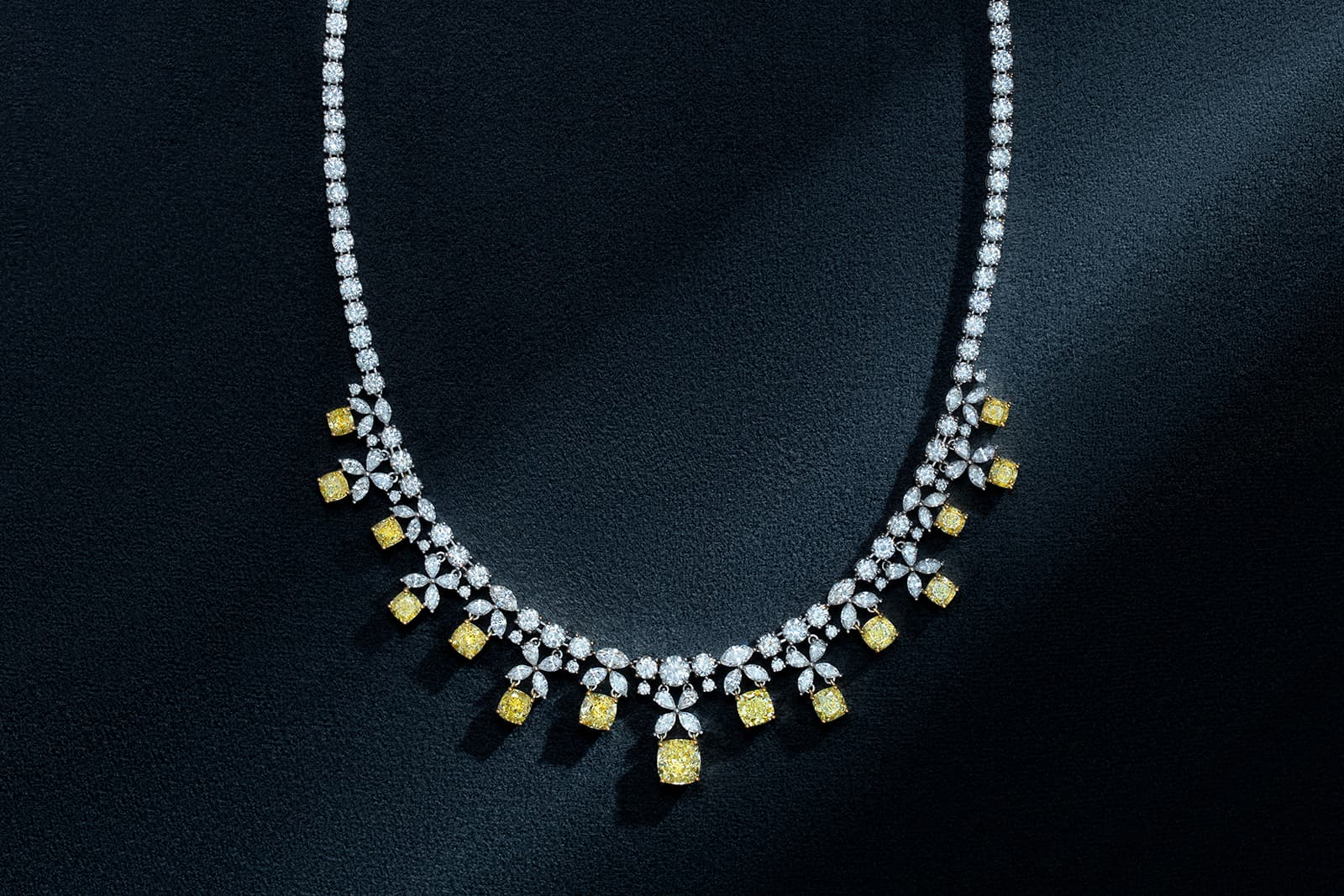 Darvol necklace with yellow and colourless diamonds