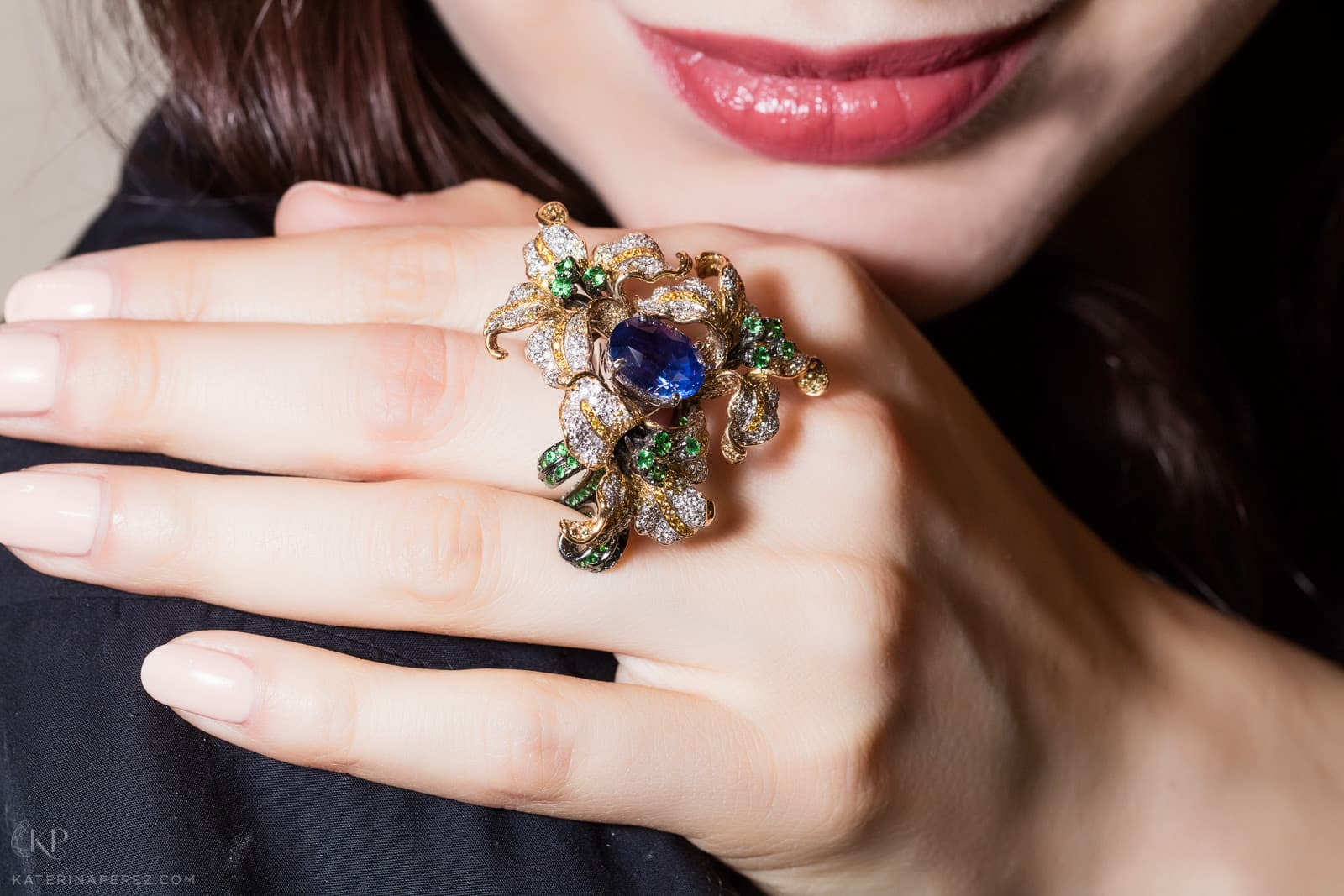 Caratell flower ring with an oval sapphire, tsavorires and diamonds