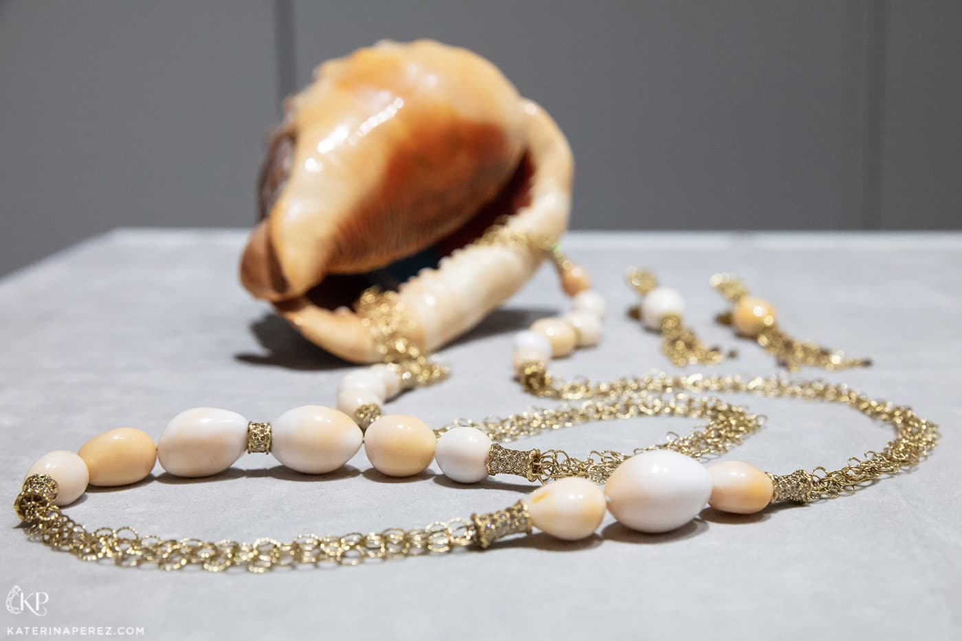 Shanghai Gems necklace and earrings with Cassis pearls and diamonds in yellow gold