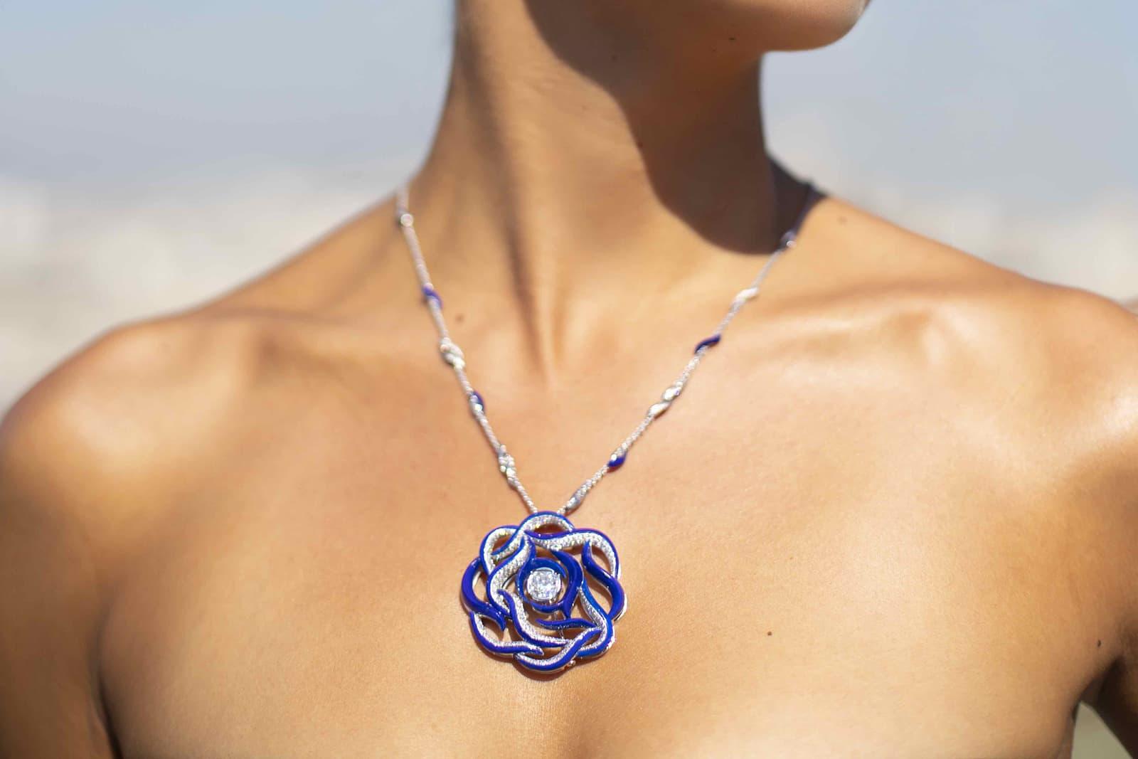 Кулон Mellerio Dits Meller 'Ondine' из коллекции 'Le Ciottoli' с бриллиантами и лазуритом