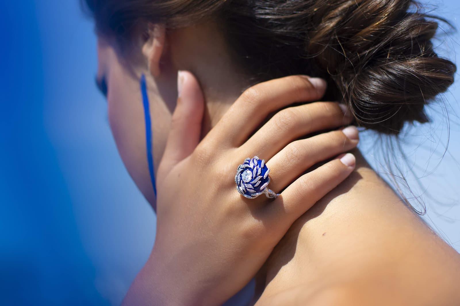 Кольцо Mellerio Dits Meller 'Ondine' из коллекции 'Le Ciottoli' с бриллиантами и лазуритом