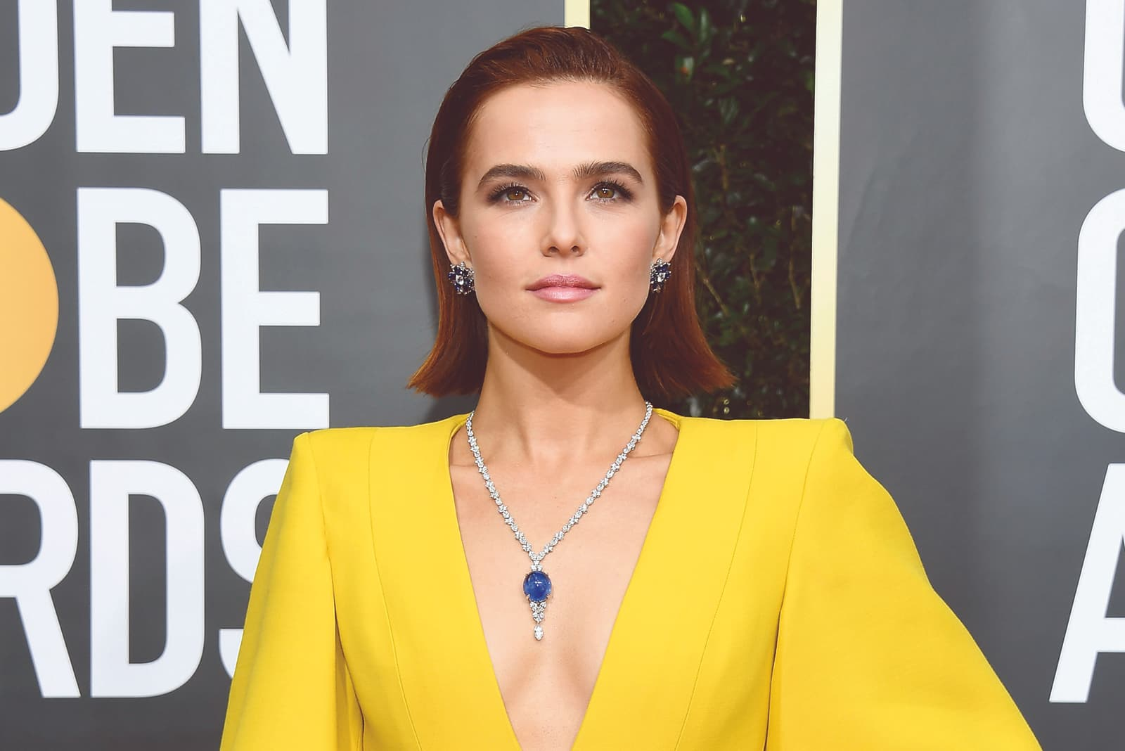Zoey Deutch wearing Harry Winston 58.69ct cabochon sapphire and 22.93ct diamond necklace, and earrings with sapphires and diamonds