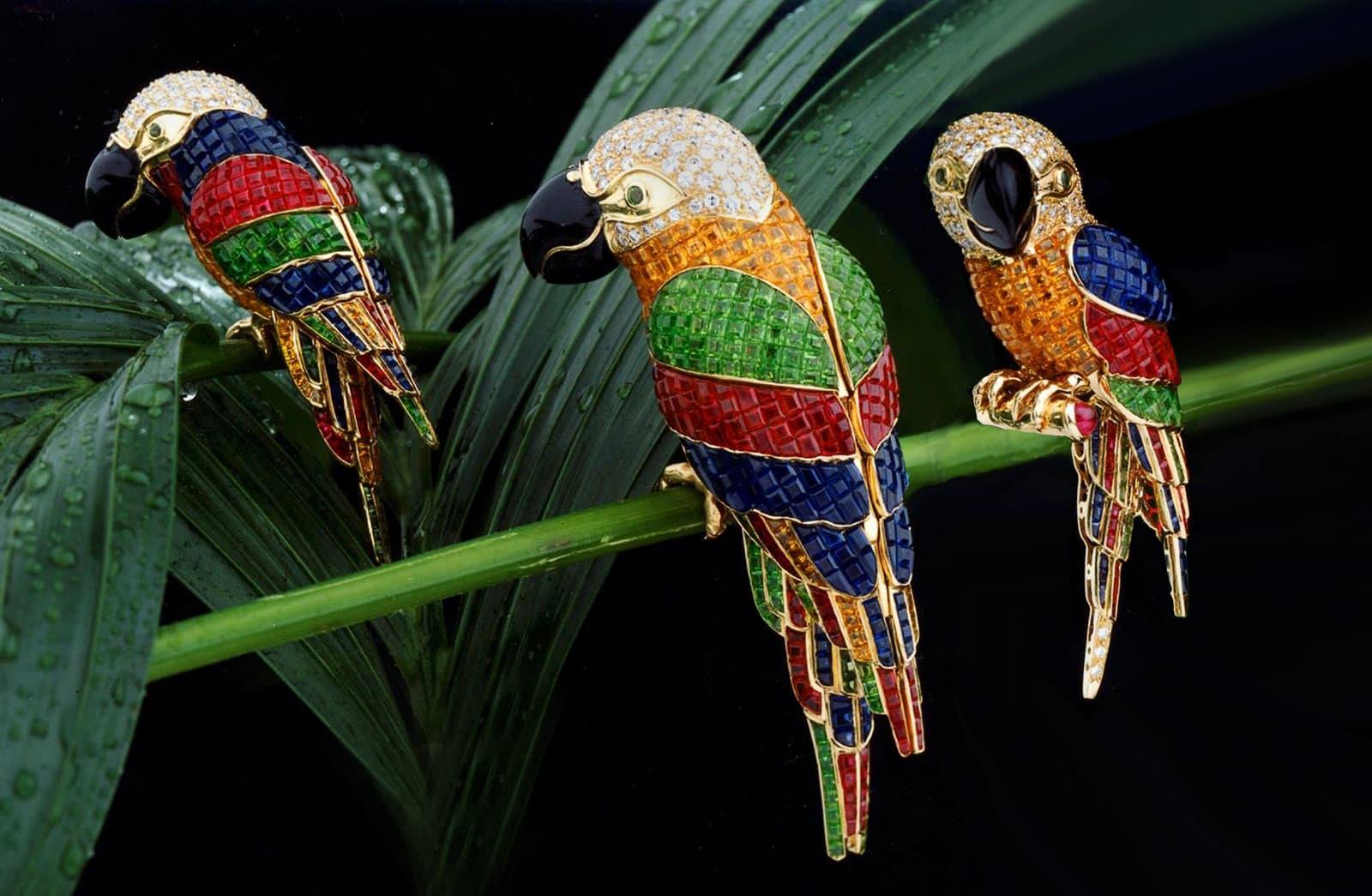 Броши Stenzhorn 'Parrots' из желтого золота с бриллиантами, эмалью, цаворитами, рубинами, голубыми и оранжевыми сапфирами