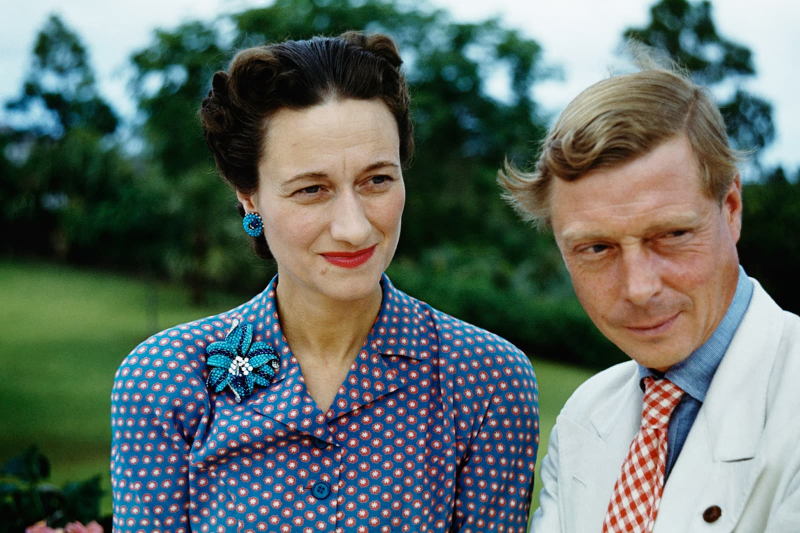 The Duke of Windsor and Wallis Simpson wearing earrings and brooch with turquoise beads, sapphires and diamonds