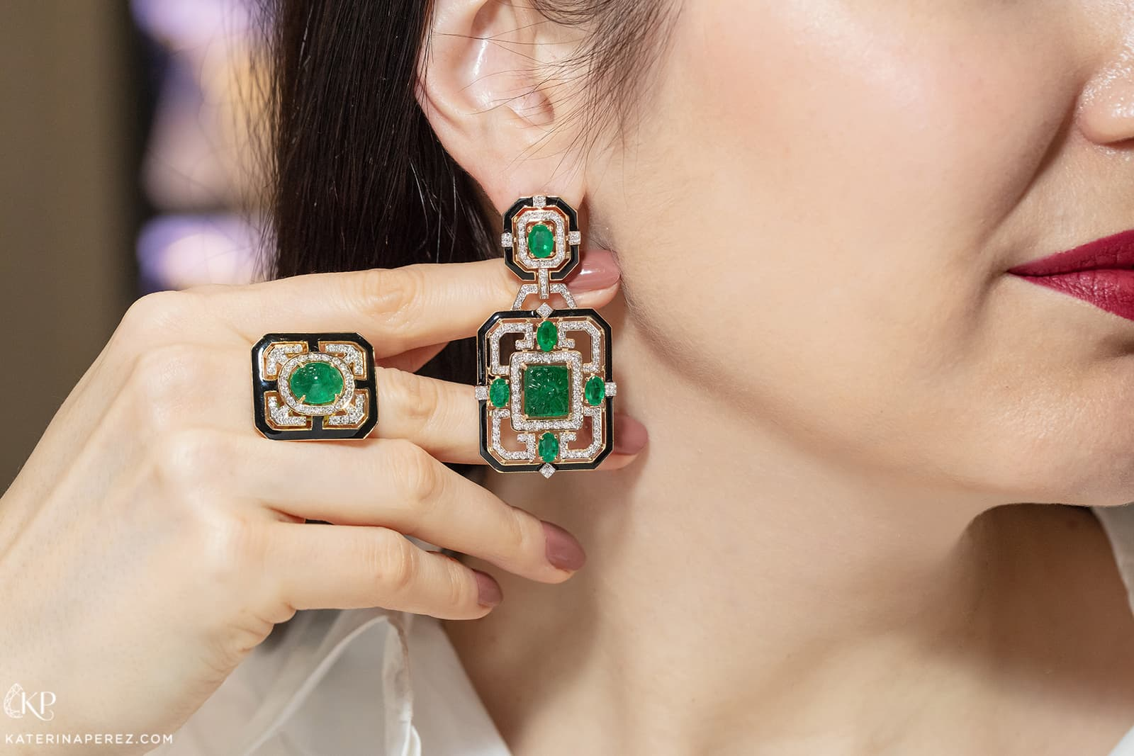 Exquisite Fine Jewellery earrings and ring with emeralds, diamonds and enamel in yellow gold