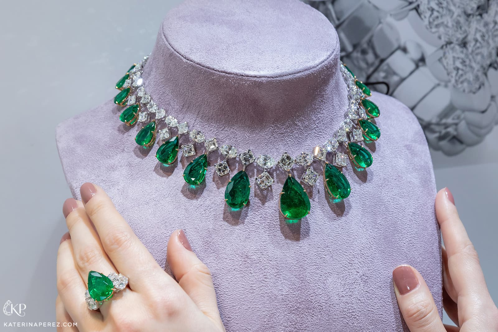 Luvor necklace with 125.70ct Colombian emeralds and diamonds in white gold, and emerald and diamond ring
