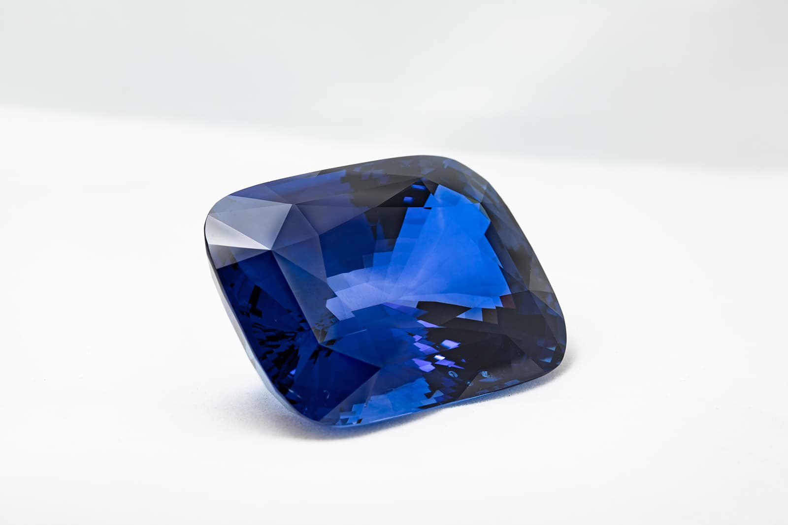 Синий сапфир 'Siren of Serendip' 422.66ct