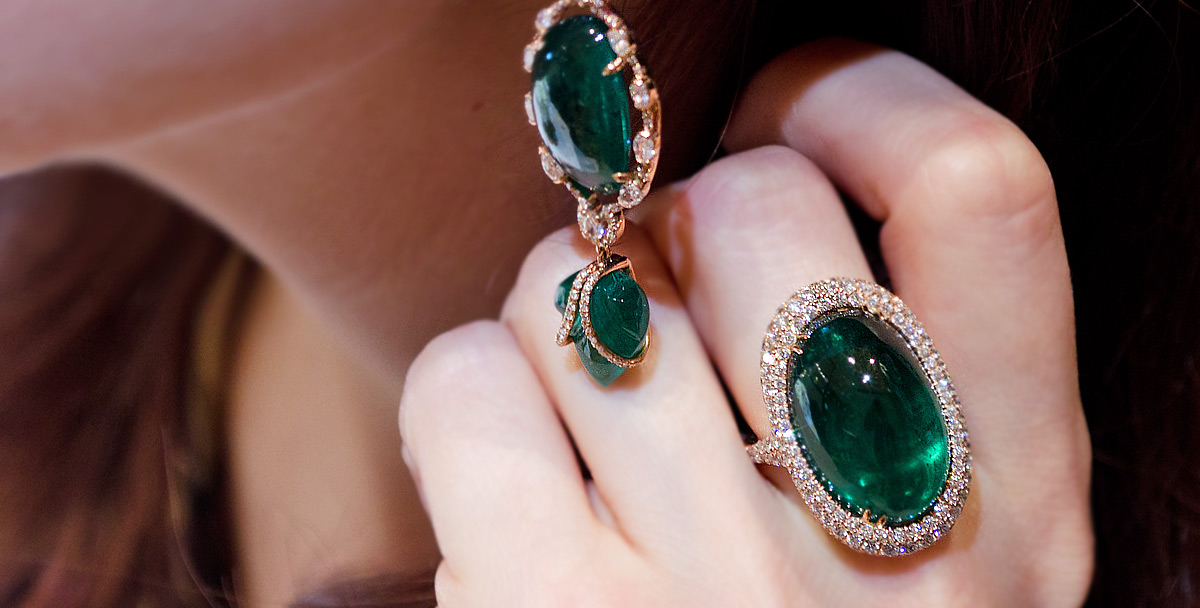 Inbar emerald ring and earrings set in rose gold