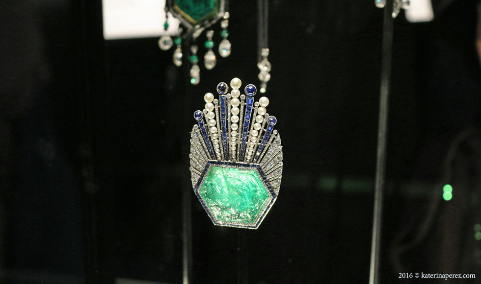 Carved emerald with diamonds and sapphires in platinum. Designed by Paul Iribe and made by Robert Linzeler, Paris 1910