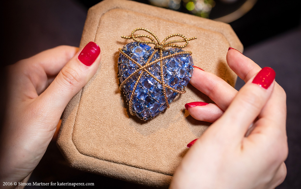 Verdura gold rope and Ceylon sapphire Wrapped Heart brooch