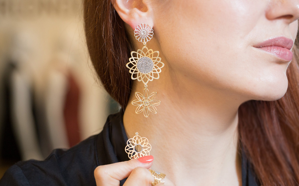 Alia Mouzannar Arabesque earrings in gold and diamonds