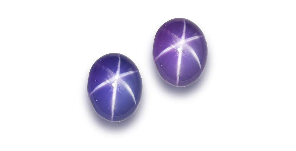 A loose colour-change cabochon star sapphire weighing 39.98 carats. It is accompanied by a GRS report stating that the natural star sapphire displays colour-change from violetish-blue (daylight) to purple (incandescent light), has no indications of heat treatment and originates from Ceylon (Sri Lanka). Est. $ 22,000 – $ 27,000
