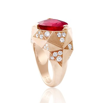 'La Chose Troidia' ring with ruby and diamonds in yellow gold