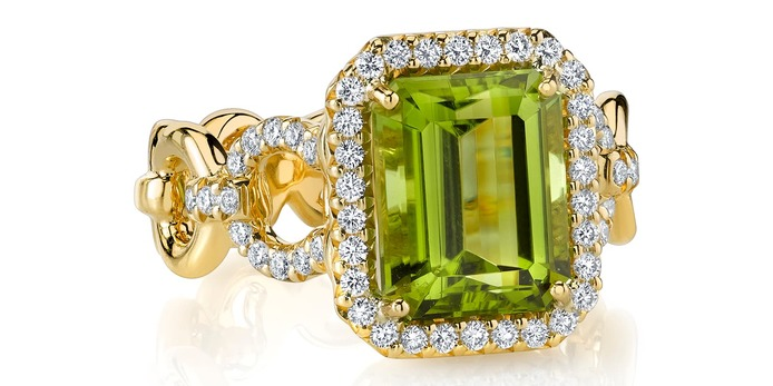 Ring with peridot and diamonds in yellow gold