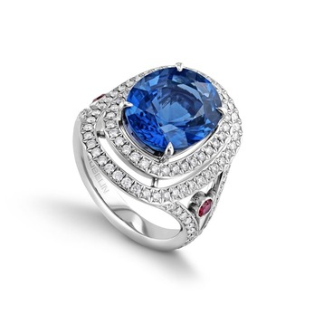 'Glowing Fire' ring with an oval 6.62 ct sapphire from Sri Lanka, as well as 118 brilliant-cut diamonds totalling 0.82 ct