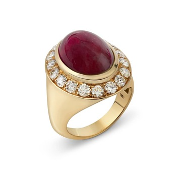 Ring with cabochon garnet and diamonds in yellow gold