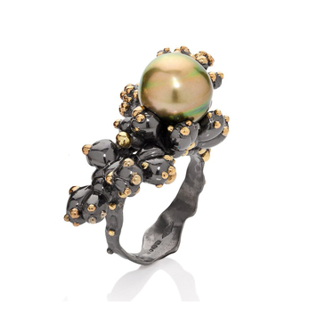 'Precious Coral' ring with bi-colour Pistachio Tahitian pearl in black and green rhodium