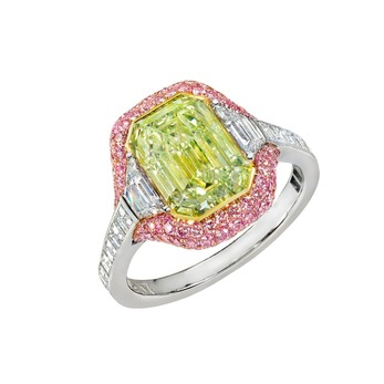 Ring with 3.42ct fancy-yellow-green diamond, colourless trapezoid diamonds, channel-set carré diamonds and vivid-pink diamonds in platinum and 18k rose gold