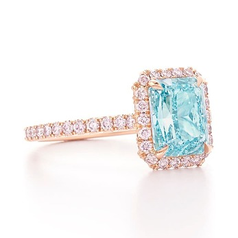 Ring with radiant cut bluish green diamond and pink diamonds in 18k rose gold